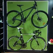 Luces LED en expositor tienda de bicicletas ISRABIKES